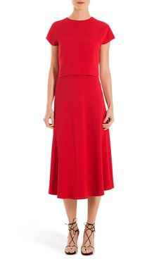 Leuchtendes Cherry-Rot, fließender Crêpe und ein Schnitt, der raffiniert und clean zugleich ist – Kleid Davany ist ein Eyecatcher - gleichzeitig elegant und sommerlich. Durch den klaren Look lässt sich das Kleid sowohl mit flachen Ledersandalen wie auch mit Heels stylen.#MODELFIT: Das Model trägt Größe 36 bei einer Körpergröße von 178 cm und einem Taillenumfang von 60 cm.#lockeres, kurzes Oberteil mit ausgestelltem Rockteil|Rundhalsausschnitt|überschnittene Schulter mit kurzen Ärmeln|runde…