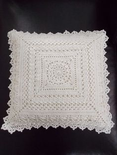 Kussen (met link naar gratis patroon) / cushion (with link to free pattern) MásRenate's hooks thus: 2 White pillows Crochet Pillow Cases, Crochet Cushion Cover, Crochet Pillow Pattern, Crochet Cushions, Crochet Patterns, Cushion Covers, Crochet Squares, Crochet Granny, Filet Crochet