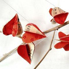 Guirlande papier 3D cœurs rouge et notes de musique