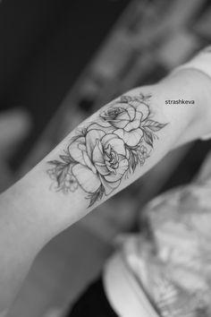 delikatny tatuaż kwiatów róży czarny  na ręcę Tatoo