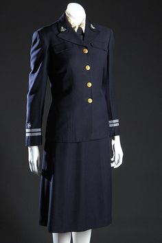 1942 United States Navy WAVES officer's uniform, wool and rayon, by Mainbocher, USA.I have this uniform in my closet. Ww2 Women, Military Women, Military Fashion, 1940s Fashion, Vintage Fashion, Vintage Military Uniforms, Style Marin, Captain America, Navy Uniforms