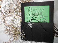 Ref.4275 - PRETO E VERDE  Disponível em outras cores! Elegante design black green com detalhe de estrela cristal sob a fina textura Microcotelê que compoe  o visual nobre deste modelo.  > OPCIONAIS - Tags Simples personalizada com os nomes de convidados +R$0,50 /unid. -Tags c/ moldura com os nomes de conviddos + R$0,80 / und. -Caligrafia dos nomes de convidados + R$2,70 - Impressão no relevo americano ou silk + R$1,30 - Embalagem de plástico transparente + R$ 0,50 - Mini card + R$ 60,00 até…