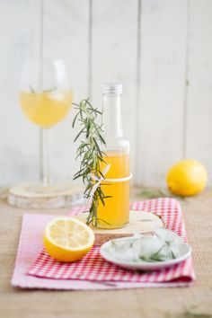 Rosmarin Zitronen Grapefruit Sirup // Rosemary Lemon Grapefruit Syrup Cocktails, Party Drinks, Cocktail Drinks, Yummy Smoothie Recipes, Yummy Drinks, Yummy Food, Non Alcoholic, Detox Drinks, Soul Food