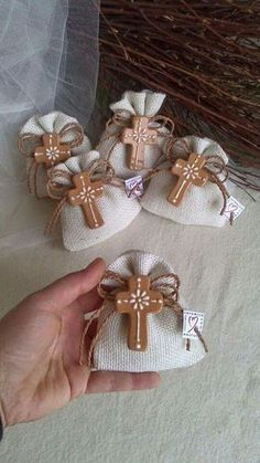 Bolsitas de yute, con cruz de arcilla natural o polimerica, para primera comunión o bautizo . First Communion Favors, Première Communion, Baptism Favors, First Holy Communion, Baby Baptism, Baptism Party, Christening, Diy And Crafts, Arts And Crafts