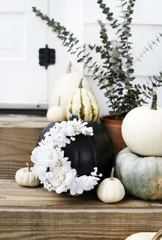Pumpkin crafts are fun for all ages. These pumpkin projects are ideal for kids and toddlers, but they are also attractive enough to be seasonal decor. Diy Décoration, Easy Diy Crafts, Fall Crafts, Decor Crafts, Diy Home Decor, Diy Halloween Decorations, Halloween Crafts, Pumpkin Centerpieces, Painted Pumpkins