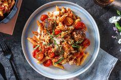 Pasta al forno avec des boulettes de viande maison Recette | HelloFresh Fresh Pasta, Penne, Japchae, Chicken, Ethnic Recipes, Kitchen, Food, Meatball, Dumplings