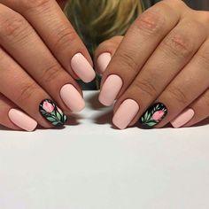 unghie rosa cipria, una manicure perfetta per la primavera con l'anulare nero con una rosa