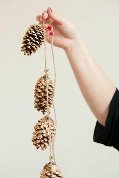 diy idee pour decorer pour noel, deco noel exterieur avec guirlande de Noël et murs beiges