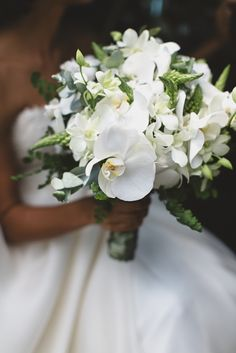 Bouquet de noiva branco com orquídeas. Foto: Tempo Digital Spring Wedding Bouquets, Diy Wedding Flowers, Bride Bouquets, Bridesmaid Bouquet, Bridal Brooch Bouquet, Boquet, White Rose Bouquet, Wedding Decorations, Dream Wedding