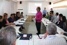 Equipo de profesores del CENTA: Juan José Salas en primer plano, Carlos Aragón y Álvaro Real, al fondo de derecha a izquierda.