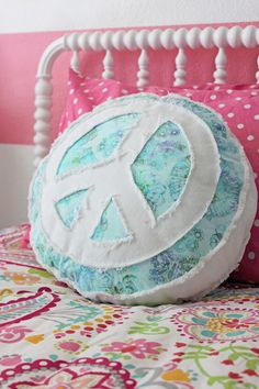 Peace Sign Pillow - So cute and fluffy Craft Projects, Sewing Projects, Hippy Room, Hippie Love, Hippie Peace, Give Peace A Chance, Pillow Room, Room Tour, Just Giving