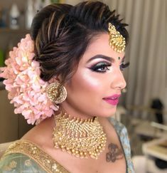 Ditch the same old ponytail and braid, and get inspired with these ten jaw-dropping hairstyles for Indian weddings. From a retro hairdo to a crimped hairstyle let's take a look at what's trending for long hair. Bridal Hairstyle Indian Wedding, Indian Wedding Makeup, Bridal Hair Buns, Bridal Hairdo, Hairdo Wedding, Wedding Hairstyles For Long Hair, Bride Hairstyles, Wedding Bride, Wedding Gold
