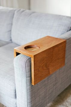 Wooden Sofa Sleeve with Cup Holder Comprehensive Tutorial for DIY sofa sleeve tray, with cup holder, to keep your drinks nearby. Bandeja Sofa, Sofa Arm Table, Arm Rest Table, Wooden Couch, How To Make Drinks, Diy Holz, Wooden Diy, Wooden Decor, Clever Diy