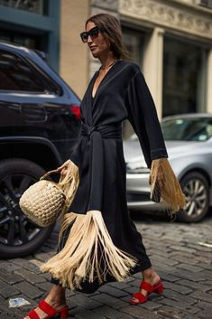 Obsessed with this chic street style coat with fringe and gorgeous red sandals. #styleinspiration #outfit #womenfashion