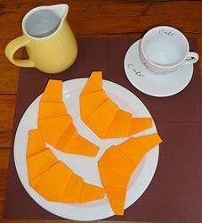 pliage de serviette en papier, plier une serviette en forme de croissant, pliage en papier d'un croissant,pliage de serviette de table en papier en forme de croissant, decoration de table, recettes de cuisine et traditions