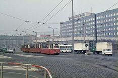 Vor meinem damaligen Übernachtungsdomizil, dem Interhotel am Platz der Republik, passiert ein Dreiwagenzug mit Lowa-Tw 132 an der Spitze Richtung Tinz. Vor dem Hotel wartet ein Obus auf eine neue Runde (1976).