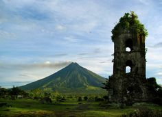 Mayon Volcano [Mount Mayon] in Albay, Bicol Region, Philippines. Philippines Tourism, Visit Philippines, Philippines Destinations, Philippines Culture, Honeymoon Destinations, Volcano World, Tourist Spots, Volcanoes, Places To See