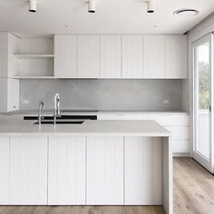 C O A S T A L L U X E Finished kitchen at my Newport Beach house project. Organic colour palette of white, concrete + oak. V-groove… Quirky Home Decor, French Home Decor, Cute Home Decor, Home Decor Signs, Home Decor Styles, Home Decor Accessories, Cheap Home Decor, Mim Design, Old Home Remodel