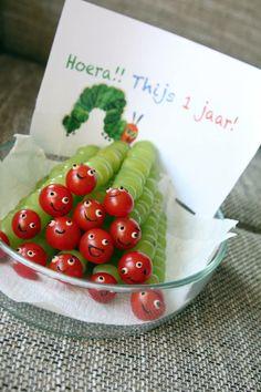 Rupsje Nooitgenoeg. Gezonde traktatie van druiven en tomaat (cherrytomaatjes)