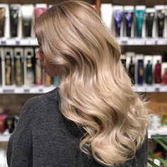 Balayage with 30 g Wella Freelights + 30 g Magma/89 + 12% 1:1 + 1/16 Olaplex nr 1 (mixed twice) 50 minutes in steam. Rinsed with Oribe Silverati shampoo and applied Wella amino filler and Olaplex nr 2 on top. Glossing 1:1:1 Wella Illumina 10/93 + 10/69 + 8/69 + 1 g 0/88 + 1,9% 1:2. Styled with Oribe Royal Blowout + Supershine + Imperial Blowout ⭐️ • #blondehair #wellalife #wella #platinum #ghdhair #unwash #oribe #ghd #blondehilites #americansalon #behindthechair #modernsalon…