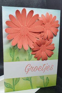 Voor deze kaart heeft Ingrid Nellen eerst een strook gemaskt voor ze de achtergrond met Blending Brushes heeft gekleurd. Daarna heeft ze de stengels gestempeld en de bloemen kleur op kleur gestempeld en uitgeponsd. Wat een vrolijke lentekaart! . #prulleke #prullekekleurencombinatie #stampinupnederland #plukdedagstempelset #daisylanestampset #daisypunch #mediumdaisypunch #blendingbrushes #maskingtechniek #stampinup