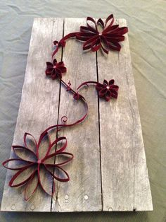 Wall Art using pallet boards and toilet paper rolls. Toilet Paper Roll Art, Toilet Paper Roll Crafts, Cardboard Crafts, Diy Paper, Diy Projects To Try, Craft Projects, Paper Towel Roll Crafts, Egg Carton Crafts, Paper Flowers