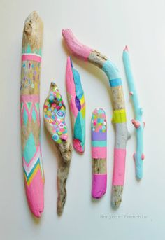treibholz deko basteln mit naturmaterialien wanddekoration bunt malen farbgestal… driftwood decorating with natural materials wall decoration colorful paint color design Painted Driftwood, Driftwood Art, Painted Wood, Painted Branches, Driftwood Ideas, Wood Wood, Hand Painted, Summer Crafts, Diy And Crafts