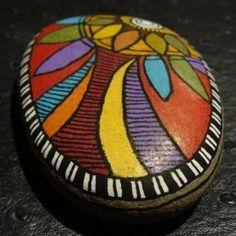 222, galet aux crayons de couleur et acrylique dans des tons vifs et multicolores