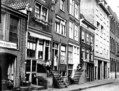 1930. A view of the Lindengracht in the Jordaan neighborhood of Amsterdam seen from the Lijnbaansgracht near the Goudsbloemstraat. On the far right the Prinses Ireneschool. The Lindengracht street is a former canal that was filled-in 120 years ago. On Saturday's the Lindengracht is reserved for a general market. The market is about one kilometer long and consists of nearly 250 stalls with a large variety of merchandise. Photo Stadsarchief Amsterdam. #amsterdam #1930 #Lindengracht #Jordaan