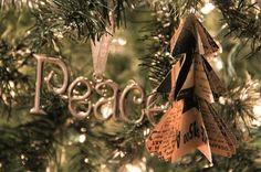 Que tal criar um enfeite de papel de árvore de natal em miniatura, para pendurar na árvore de Natal tradicional? Veja como é fácil fazer!