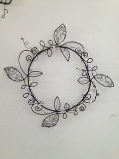 Wire and bead wreath - make this! Wire Crafts, Metal Crafts, Jewelry Crafts, Wire Wrapped Jewelry, Wire Jewelry, Jewelery, Barbed Wire Art, Wire Wall Art, Wire Ornaments