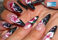 Un modo per alleggerire la scelta dello smalto nero per la vostra nail art è accostarla a dei fiori come ha fatto Monny... http://www.decorazioneunghie.com/photo/gallery/Noir