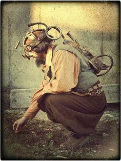 El mathomero steampunk, con su corona del rey relojero y una mochila de auxilio vital. Vestuario de Hoja de Níspero (http://hojadenispero.blogspot.com.es/) y mathoms de La Mathomería (http://lamathomeria.blogspot.com.es/)