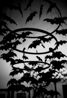 Halloween Party Ideas for Adults - Bat Chandelier - Diy Halloween Halloween Mono, Casa Halloween, Halloween School Treats, Fairy Halloween Costumes, Adult Halloween Party, Halloween Party Supplies, Halloween Displays, Halloween Home Decor, Diy Halloween Decorations