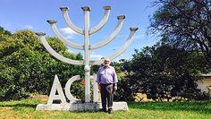 A Associação Israelita Catarinense (AIC) recebeu o professor e rabino Joseph Edelheit, da Universidade de St. Cloud, nos EUA. Durante a estadia em Florianópolis, ele teve um encontro com a reitora da Universidade Federal de Santa Catarina (UFSC), Roselane Neckel, onde falaram sobre o avanço do antissemitismo. Depois da conversa, representantes da AIC e da…
