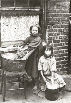 Two girls washing clothes in the street. Spitalfields nippers: rare photographs of London street kids in 1901 – in pictures Vintage Pictures, Old Pictures, Vintage Images, Old Photos, Antique Photos, London History, British History, Fotografia Social, Foto Transfer