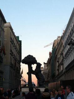 El Oso y el Madroño, símbolos de Madrid, despiden un día más.