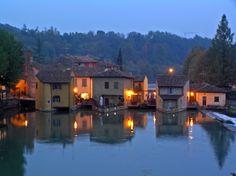 """Το Borghetto βρίσκεται στην Τοσκάνη της Ιταλίας και το όνομά του σημαίνει """"οχυρωμένος οικισμός"""", ενώ η θέση του επάνω στον ποταμό Mincio και στη λεγόμ..."""
