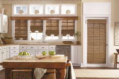 Бамбуковые шторы в интерьере кухни в средиземноморском стиле