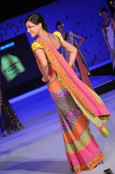 Actor @RaimaSen Walks d Ramp in a #Funky #Saree by Nida Mahmood at @Blenders Pride Fashion Tour