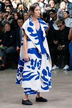 Issey Miyake Spring 2020 Ready-to-Wear Fashion Show Issey Miyake Spring 2020 Ready-to-Wear Collection - Vogue Issey Miyake, Modern Fashion, High Fashion, Fashion Design, Fashion Week, Fashion 2020, Vogue Paris, Fashion Show Collection, Festival Wear