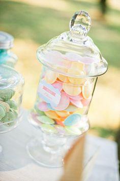 50er Jahre Hochzeit in Bonbon Farben und Candy Bar in apricot, mint und hellblau, mit schönen großen Gläsern für die Süßigkeiten
