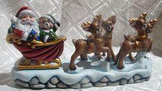 Trineo de Papá Noel con renos. adorno o centro de mesa Ceramic Bisque, Reno, Dry Brushing, Ceramic Pottery, Snow Globes, Christmas Decorations, Clay, Crafts, Home Decor