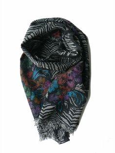 Wollen sjaals met bloemen en zebraprint. De dubbelgeweven sjaal is met de hand geverfd met natuurlijke grondstoffen.Ook heeft de sjaal gerafelde randen. De sjaal heeft een lichte achter- en donkere voorkant. Deze sjaal is ook erg geschikt om te dragen op een trui of colbert.
