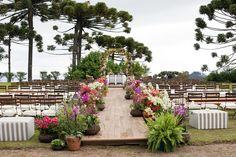 Decoração da cerimônia com flores vibrantes - Casamento Caroline Formenton e Lucas Rodrigues
