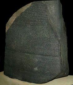 1799年にエジプト・ロゼッタで発見されたロゼッタ・ストーンは、紀元前3200年〜紀元前4世紀頃まで石碑などに刻む正式な文字とて使用され、その後読み方がわからなくなっていた「ヒエログリフ」を解読する鍵となった石碑です。