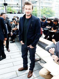 """Der lässige Blazer-Look von David BeckhamDer Ex-Fußballer, """"Sexiest Man Alive"""" und Mann von Victoria Beckham ist stylomäßig ganz weit vorne. Er kombiniert zum scharf geschnittenen Blazer ein einfachesShirt, coole Jeans und braune Schnürschuhe. Vielleicht istes auchsein3-Tage-Bart oderdie trendbewussteFrise, die ihn so sexy machen. Jedenfalls ist David mit seinen 40 Jahren ein Style-Gott, von dem sich so mancher Twenty-..."""