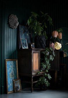 dunkle innenrume Hi Everybody! This is Maren Ingeborg Grblomst from Villa Betula ( , ) who's speaking from Nicola's green sofa! Not literally speaking, unfortunately Dark Green Walls, Dark Walls, Interior Exterior, Home Interior Design, Interior Decorating, Decoration Inspiration, Interior Inspiration, Green Sofa, Dark Interiors