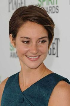 If you are young women looking for new and stylish short haircuts, here are Shailene Woodley's Gorgeous Short Hair Pics that we have collected for u Short Hair With Bangs, Short Hair With Layers, Short Hair Cuts, Short Hair Styles, Stylish Short Haircuts, Cute Haircuts, Short Bob Haircuts, Shailene Woodley, Pixie Hairstyles