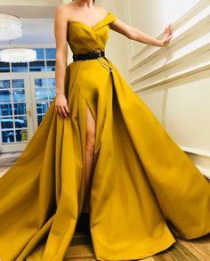 O decote é lindo... a saia pode ser mais curta, mais normal!